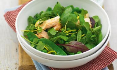 Σαλάτα με αρακά, πέστροφα και γλυκόξινη σάλτσα | vita.gr