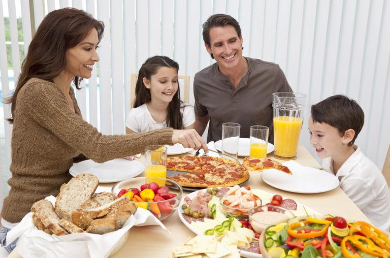 Οι συνήθειες στο δείπνο επηρεάζουν το βάρος μας | vita.gr