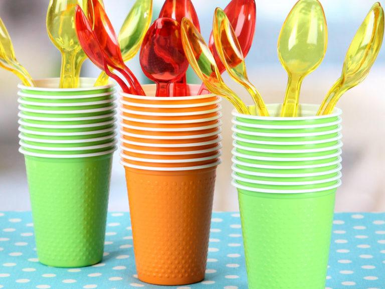 Τι σχέση έχει η ημικρανία με τα πλαστικά ποτήρια; | vita.gr