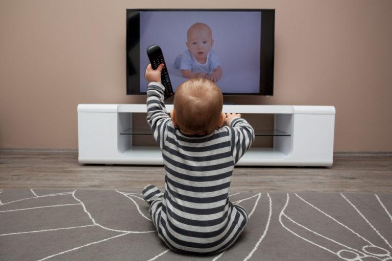 Πόσες ώρες τηλεόραση να βλέπει το παιδί μου; | vita.gr