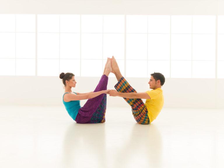 Yoga για ζευγάρια | vita.gr