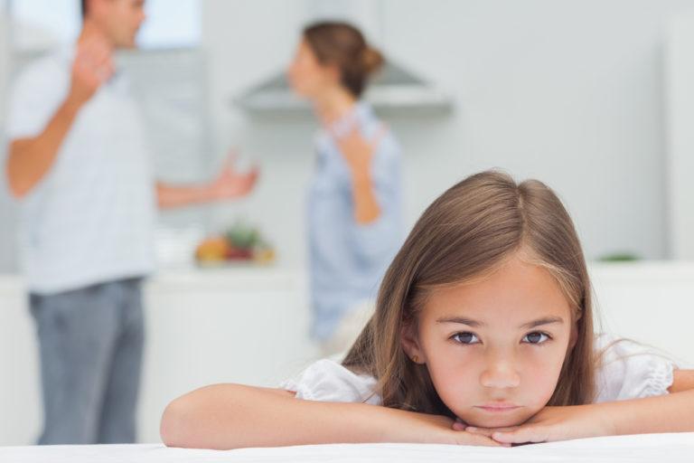 Οι τσακωμοί βλάπτουν τον εγκέφαλο των παιδιών | vita.gr