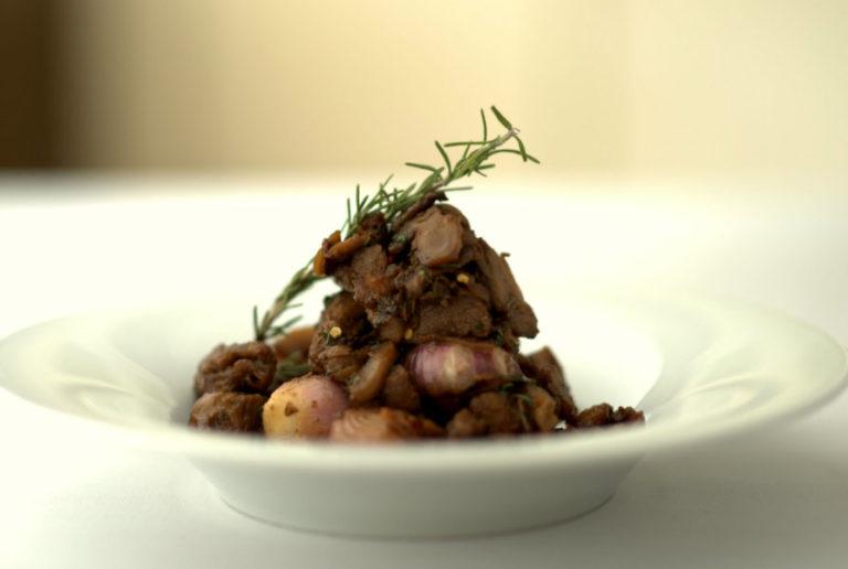Αρνάκι με βύσσινα και γλυκά κρεμμυδάκια | vita.gr