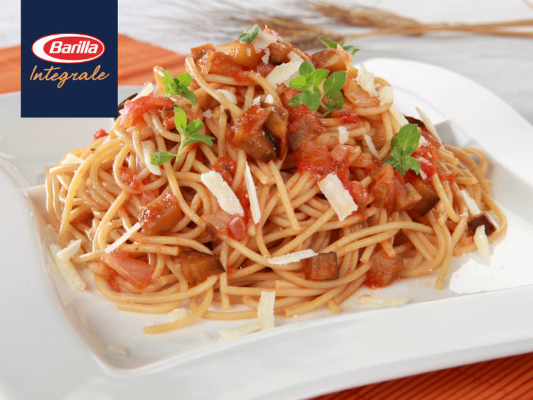 SPAGHETTI INTEGRALE με κομμάτια μελιτζάνας, σάλτσα τομάτα και τριμμένη παρμεζάνα | vita.gr