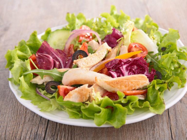 Στήθος κοτόπουλου με μπρόκολο και κόκκινο λάχανο | vita.gr