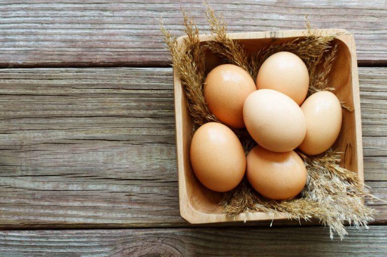 Τι να κάνω για να μην ραγίζουν τα αυγά στο βράσιμο; | vita.gr
