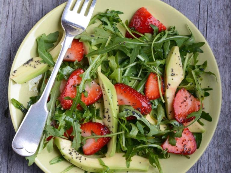 Σαλάτα με αβοκάντο, μανούρι και φράουλες | vita.gr