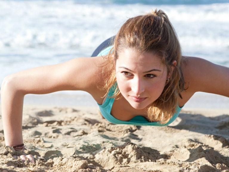 Άμμος και θάλασσα: Αποκτήστε σφιχτό σώμα με τη βοήθειά τους | vita.gr