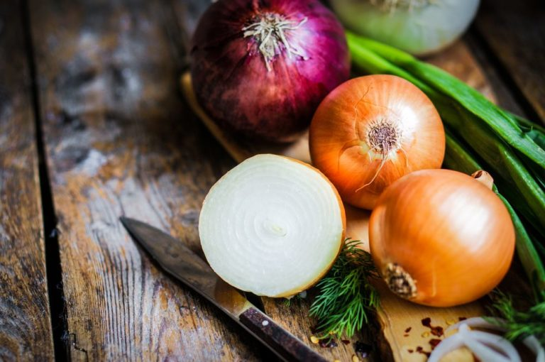 Πώς να διώξω από τα χέρια τη μυρωδιά του κρεμμυδιού ή του σκόρδου; | vita.gr