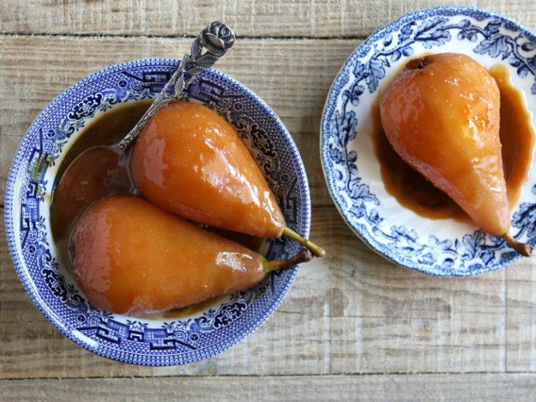 Αχλάδια ποσέ σε σιρόπι από κρόκο Κοζάνης | vita.gr