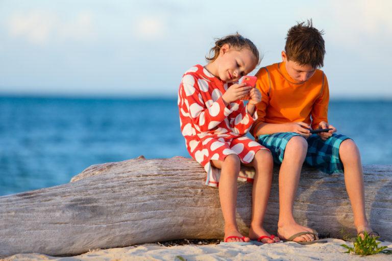 Τα παιδιά χειρίζονται το κινητό καλύτερα από το πιρούνι | vita.gr