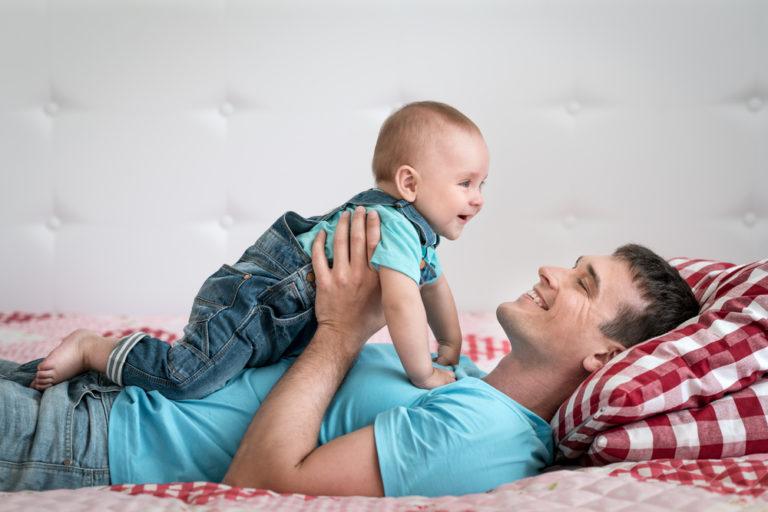 Παιχνιδιάρης μπαμπάς, εξυπνότερα παιδιά | vita.gr
