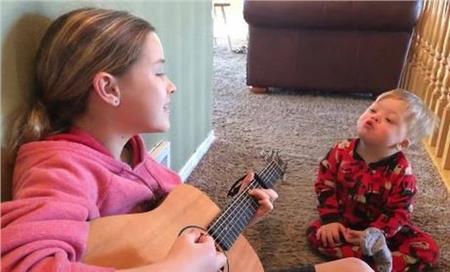 Βίντεο: Μωρό με σύνδρομο Down μαθαίνει τις πρώτες του λέξεις με την βοήθεια της μουσικής | vita.gr