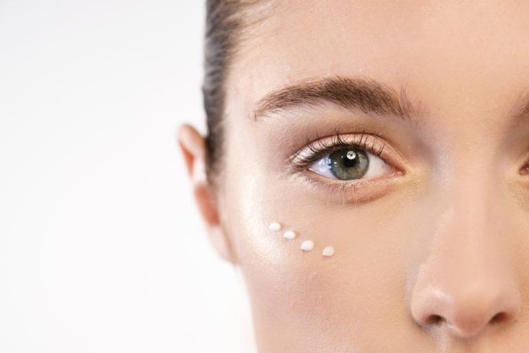 Kρέμα ματιών: Πόσο απαραίτητη είναι; | vita.gr