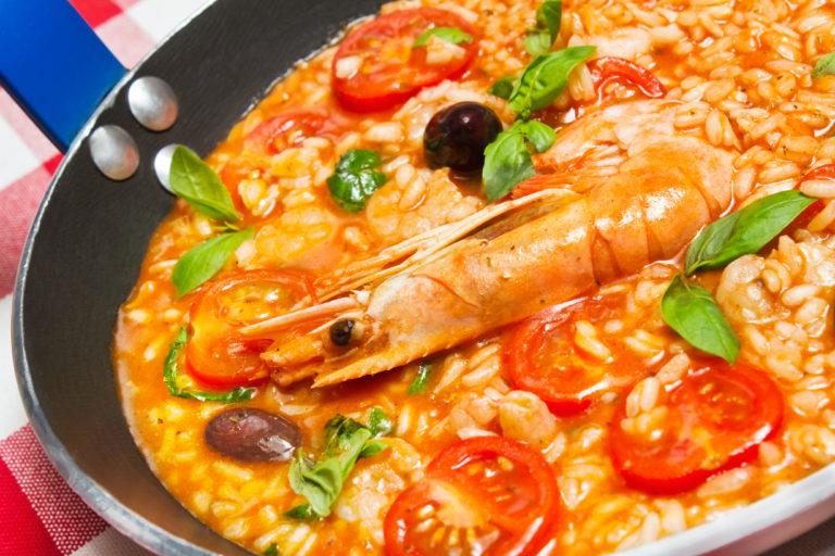 Ριζότο γαρίδας με φινόκιο, τοματίνια και ελιές | vita.gr