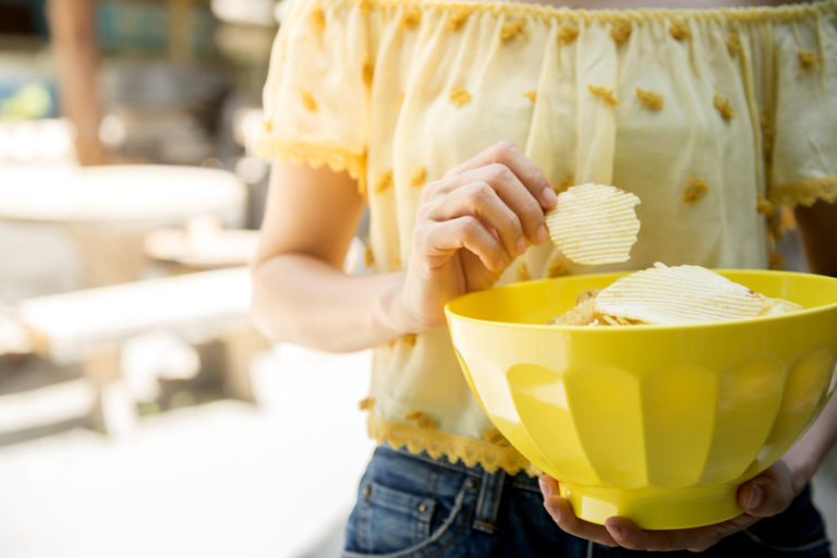 Γιατί κανείς δεν μπορεί να φάει μόνο ένα πατατάκι | vita.gr