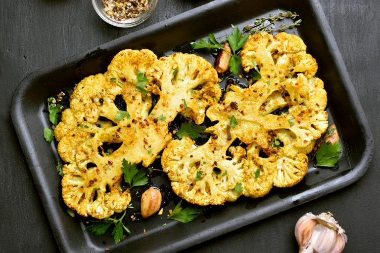 Σαλάτα με ψητό κουνουπίδι και σάλτσα ταχίνι | vita.gr
