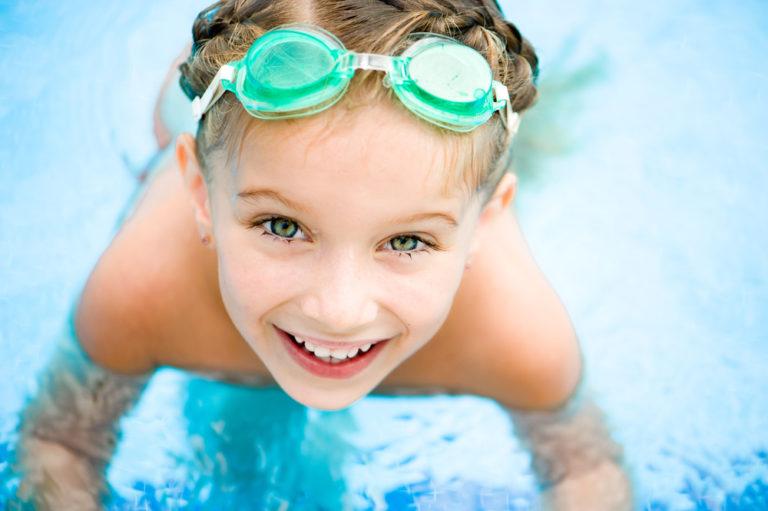 Πώς να μάθετε το παιδί σας να κολυμπά σωστά | vita.gr