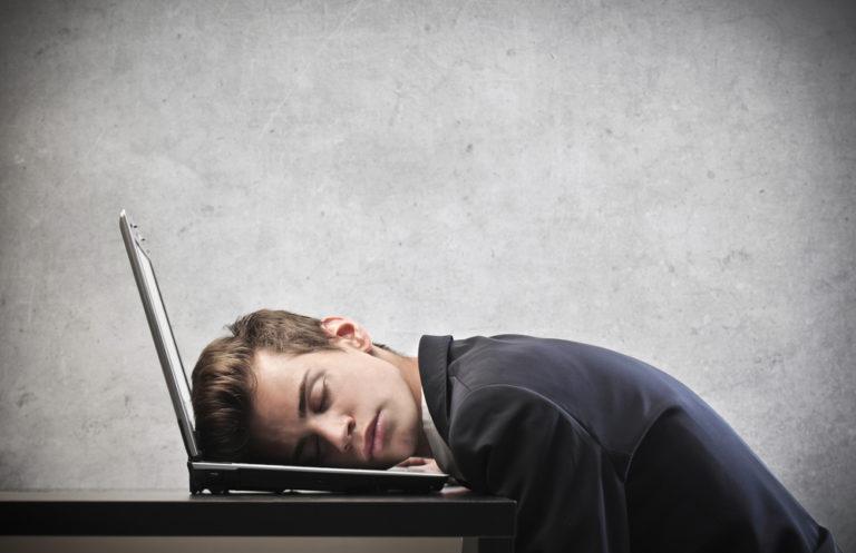 Ο ύπνος στη δουλειά μας κάνει πιο αποδοτικούς | vita.gr