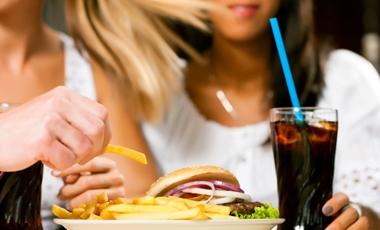 Μας απειλεί η «διατροφή της καφετέριας» | vita.gr