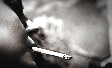 Πιο ευάλωτες στον καρκίνο οι καπνίστριες | vita.gr