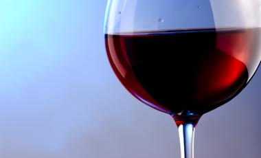 Σύμμαχος του καπνιστή το κόκκινο κρασί | vita.gr