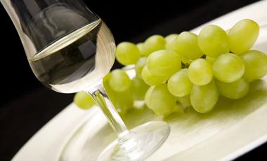 Καλά νέα για το λευκό κρασί, κακά νέα για το πολύ αλκοόλ | vita.gr