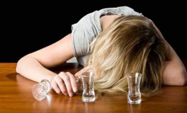 Το πολύ αλκοόλ πιο επικίνδυνο για τα κορίτσια | vita.gr