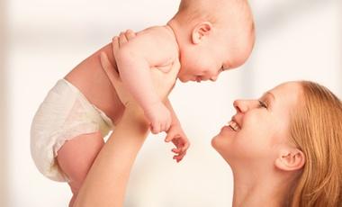 Ευεργετική η αγκαλιά για τα μωρά | vita.gr