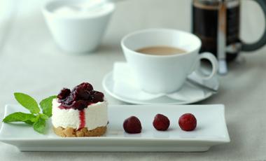 Cheesecake με ανθότυρο και σάλτσα βύσσινο | vita.gr