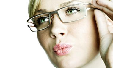 Τα γυαλιά προσθέτουν 3 χρόνια | vita.gr