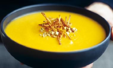 Κίτρινη σούπα με κολοκύθα | vita.gr
