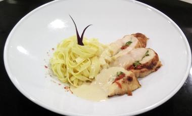 Κοτόπουλο με μοτσαρέλα, λιαστή ντομάτα και άγρια σπαράγγια   vita.gr