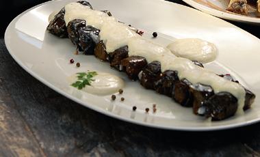 Ντολμαδάκια με κληματόφυλλα και σάλτσα από γιαούρτι | vita.gr