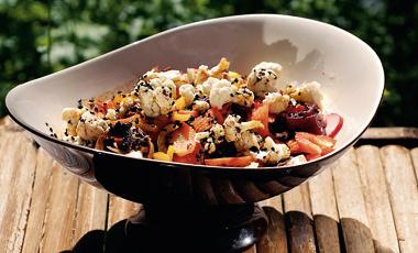 Σαλάτα με ωμά λαχανικά, μαύρο σουσάμι και ντρέσινγκ  από ακατέργαστη ζάχαρη | vita.gr