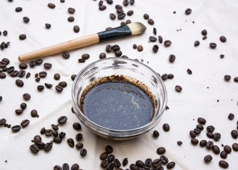 Αναζωογονήστε το πρόσωπό σας με τη βοήθεια του καφέ | vita.gr