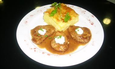 Φιλετάκια χοιρινά με σος εστραγκόν, κατίκι και πατάτες ογκρατέν | vita.gr