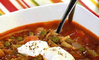 Σούπα με λαχανικά και πικάντικο γιαούρτι | vita.gr