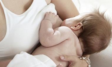 Πιο…βολικά τα παιδιά που θηλάζουν | vita.gr