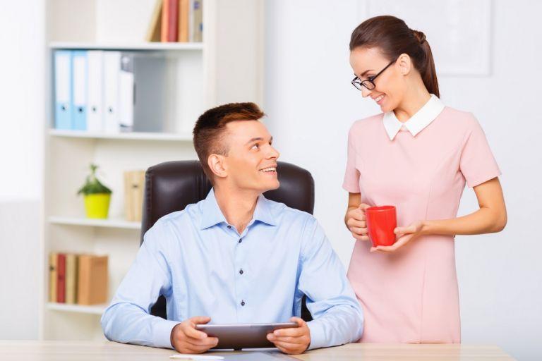 Πώς θα φλερτάρεις το συνάδελφο στο γραφείο | vita.gr