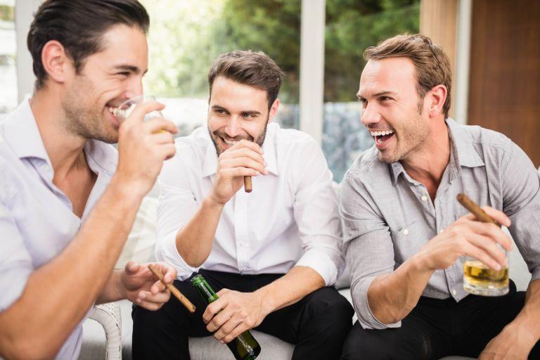 Γιατί ο σύντροφός σου προτιμά να βγαίνει με τους φίλους του; | vita.gr