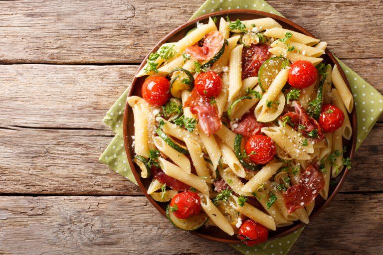 Σαλάτα με πένες και προσούτο | vita.gr