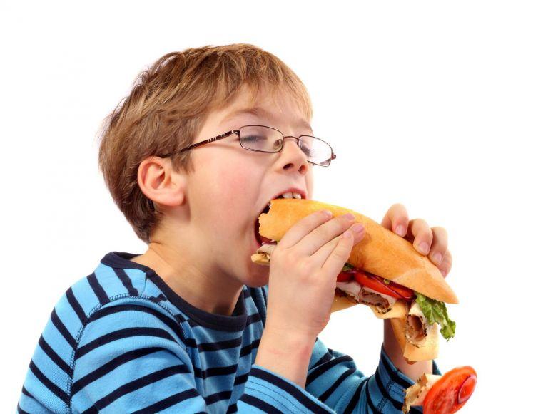 Τι να κάνω αν το παιδί μου θέλει να τρώει όλη την ώρα; | vita.gr