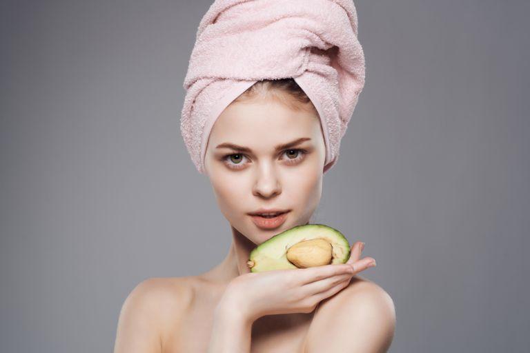 DIY: Επανορθωτική μάσκα μαλλιών με αβοκάντο | vita.gr