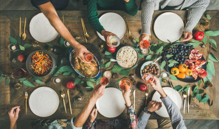 Οι λόγοι που σας προκαλούν φούσκωμα την εορταστική περίοδο | vita.gr