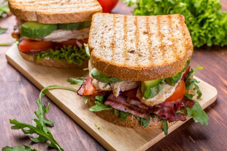 Χορταστικό τοστ με μπέικον και αβοκάντο | vita.gr