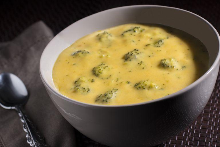 Κρεμώδης σούπα με μπρόκολο και τσένταρ | vita.gr