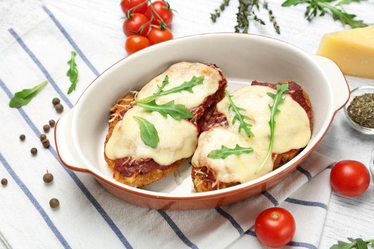 Ψητό κοτόπουλο με παρμεζάνα και ντομάτες σε ελάχιστο χρόνο | vita.gr