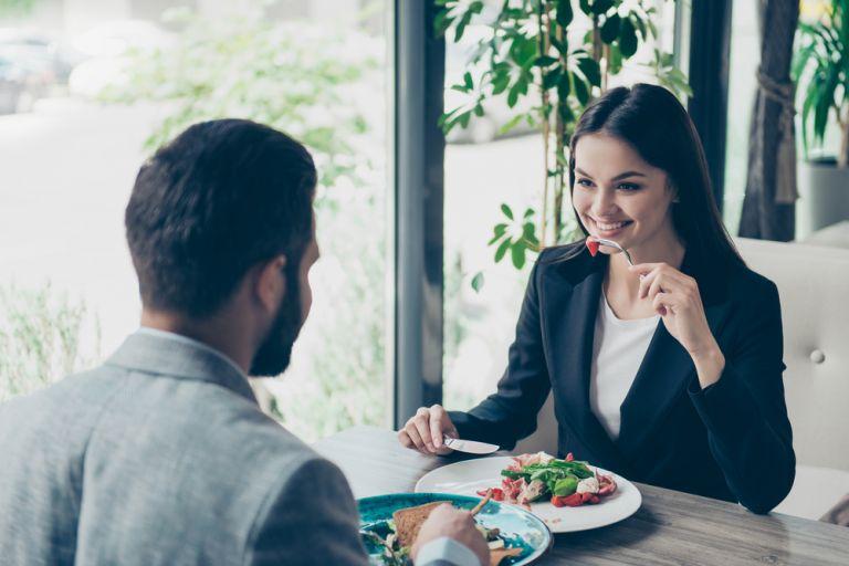 Οι ελεύθεροι παραγγέλνουν πιο υγιεινά αν τρώνε με κάποιον που βρίσκουν γοητευτικό | vita.gr