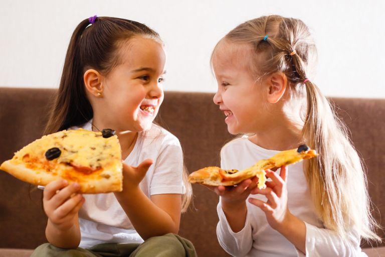 Όταν το παιδί παίζει με το φαγητό του | vita.gr
